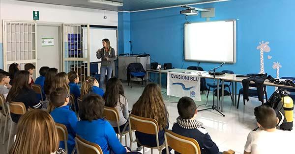 COMUNITA' SUBACQUEA: Project AWARE a scuola